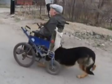 Anatoly Derbenev, junto a su perro Magnus