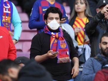 Un aficionado culé con mascarilla en el Camp Nou