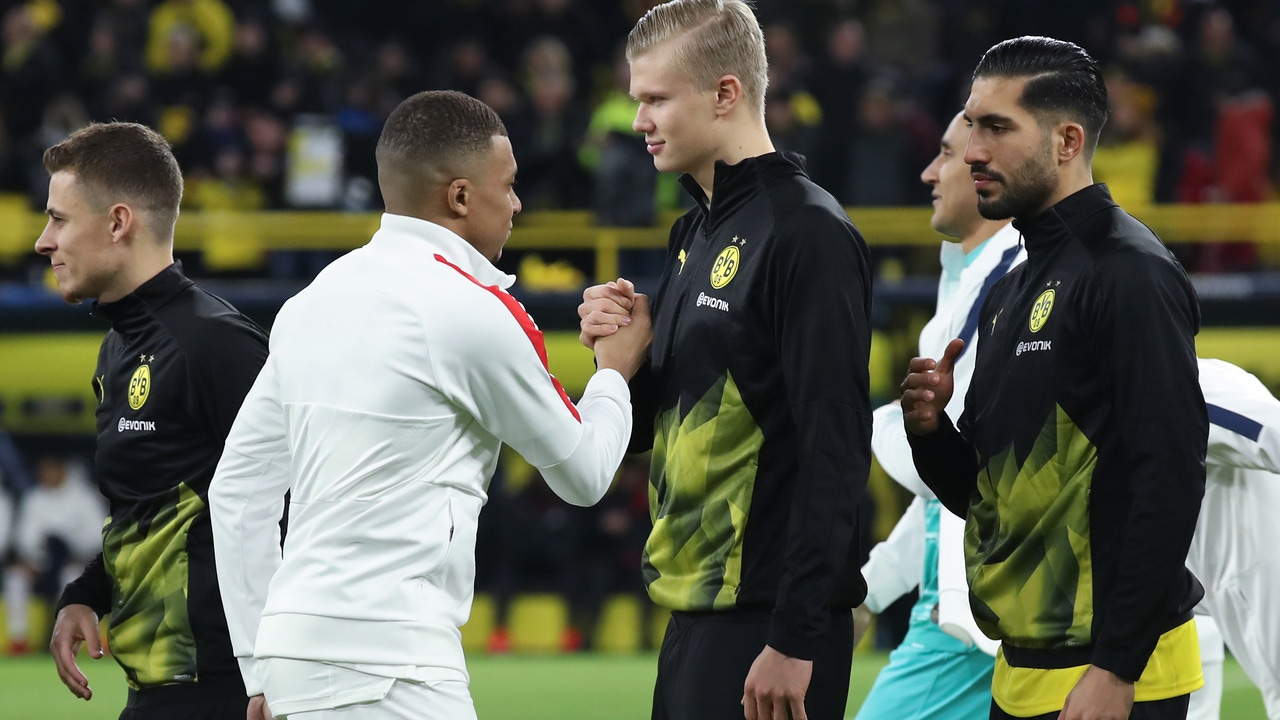 Pasamanos entre jugadores del PSG y BVB