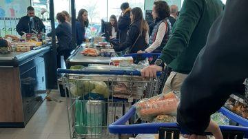 Largas colas en los supermercados de Madrid