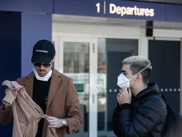 Pasajeros en pleno aeropuerto
