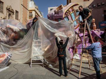 Varios operarios trabajan en el desmontaje de la falla de El Pilar, Valencia