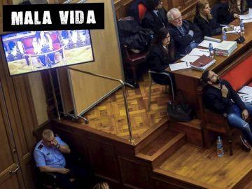 Rosa Peral declara mientras su compañero de acusación observa desde el banquillo
