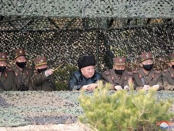Kim Jong-un, sin mascarilla, rodeado de militares con mascarillas