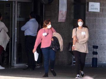 Dos mujeres con mascarillas