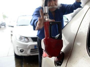 Un ciudadano echa gasolina en una gasolinera de Irán