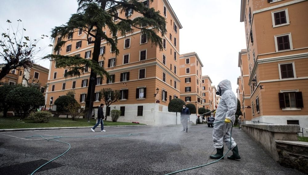 Imagen de una persona limpiando la calle en Italia