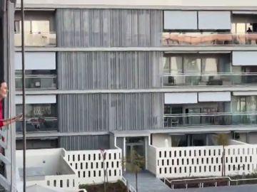 Vecinos de una urbanización juegan al bingo desde sus balcones