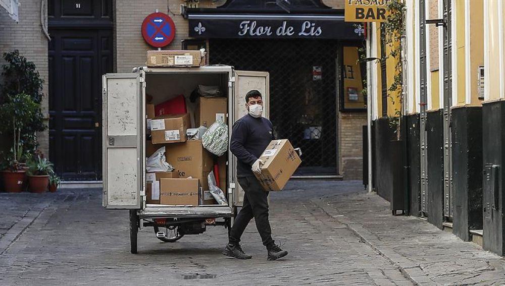 Un repartidor con guantes y mascarilla en Sevilla