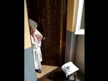La historia que esconde la emoción de Charo, la anciana que recibió una sorpresa de sus vecinos en plena cuarentena