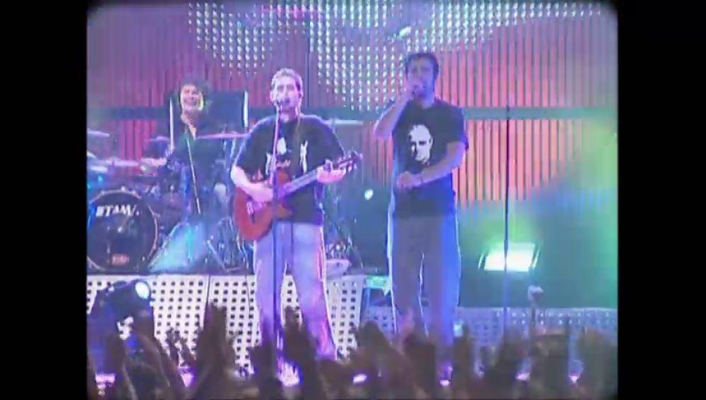 """De trabajar en una fábrica a llenar conciertos: así es cómo les """"tocó la lotería"""" a los Estopa"""
