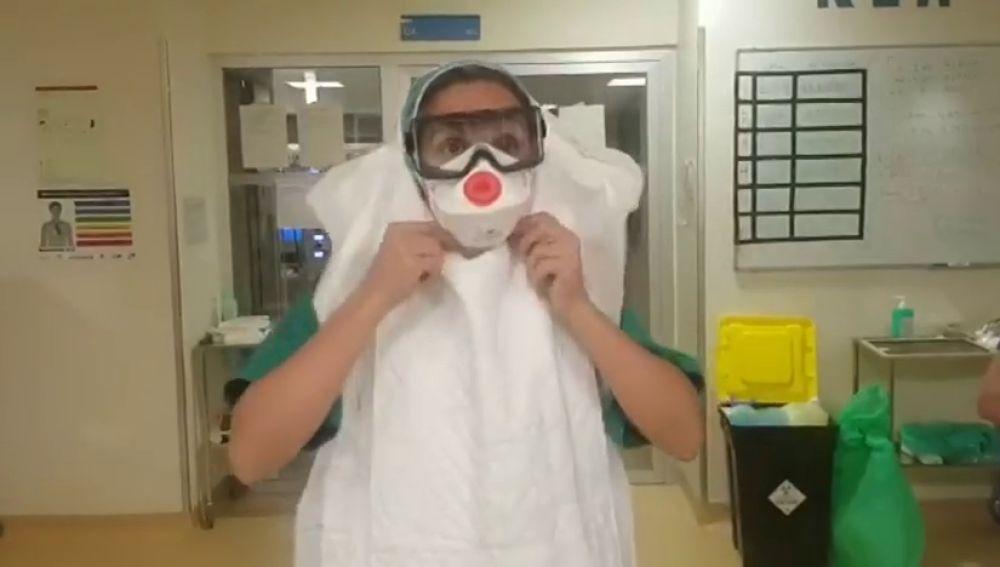 La creatividad de los sanitarios para protegerse al atender casos de coronavirus
