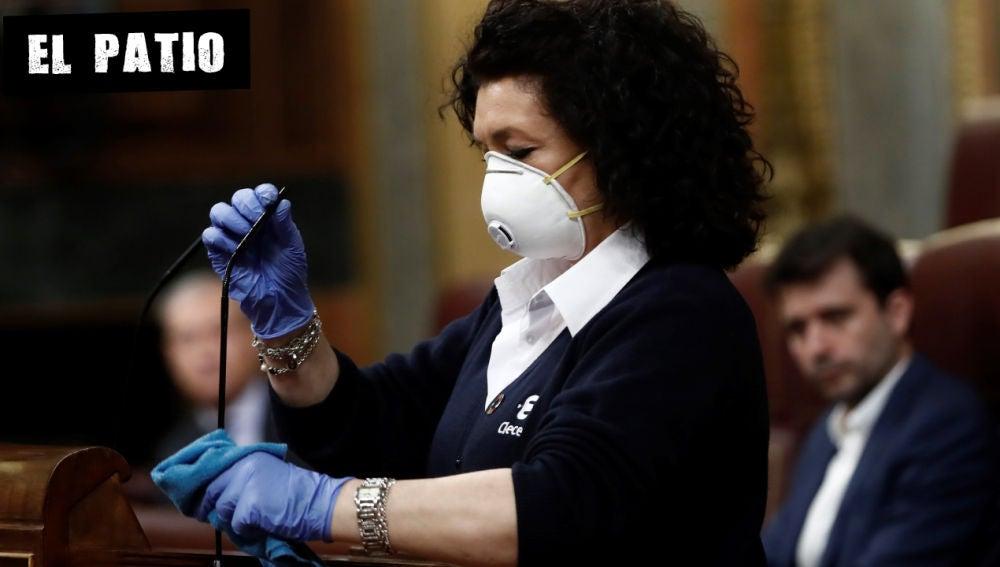 Valentina, que trabaja como ujier en el Congreso, desinfecta el atril