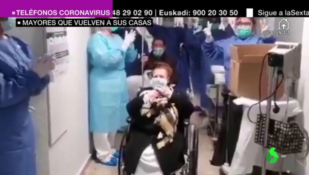 Emotiva despedida a una pareja de ancianos dada de alta por coronavirus