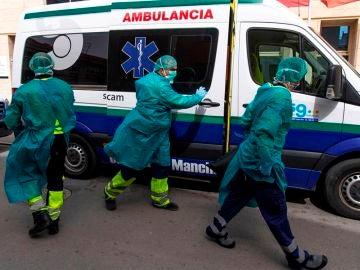 Dos ambulancias con personal médico llegan a la residencia en Tomelloso (Toledo)