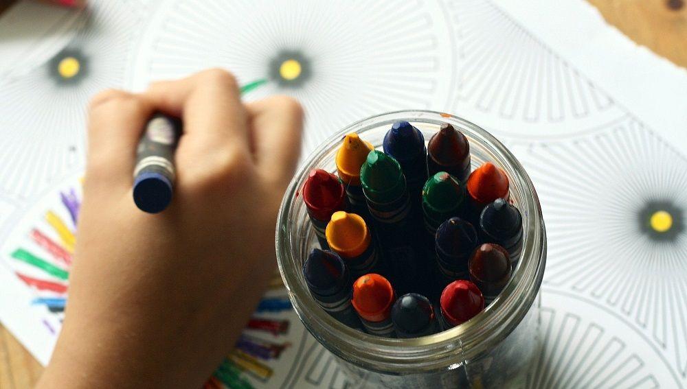 Imagen de una persona pintando con ceras