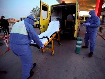 Los servicios de urgencias guardan una camilla vacía en la ambulancia
