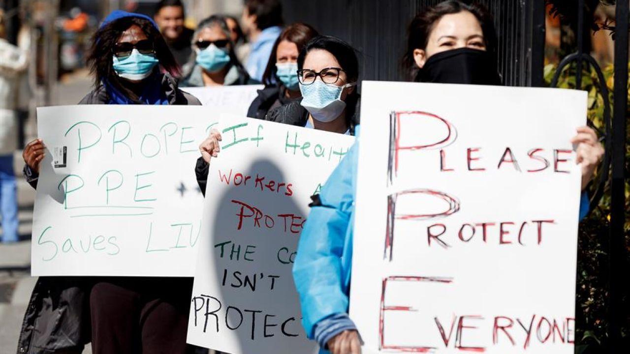 Huelga de sanitarios a las puertas del Hospital Montefiore para exigir material para poder tratar a los enfermos con coronavirus.