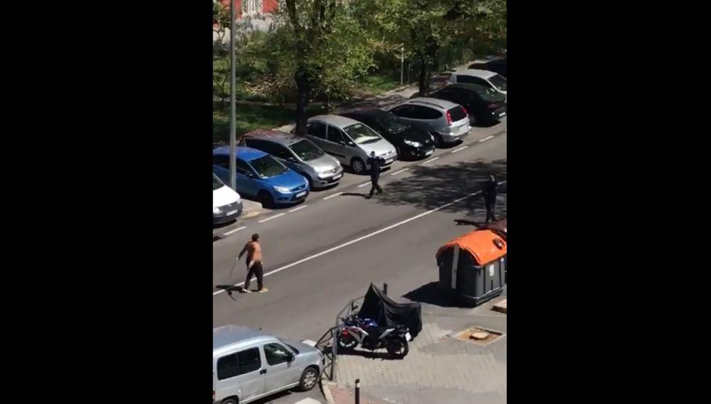 Un hombre intenta rajar a varios agentes con dos catanas