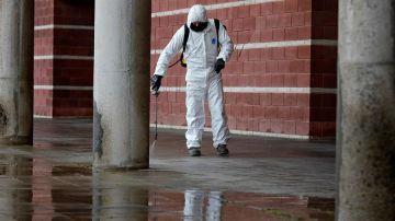 Un operario municipal desinfecta el exterior del pabellón Las Comas donde se ha instalado un hospital de campaña, en Igualada (Barcelona)