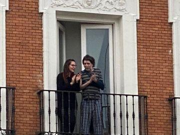 El músico Joaquín Sabina aplaude desde su balcón
