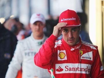 Fernando Alonso, por delante de Michael Schumacher