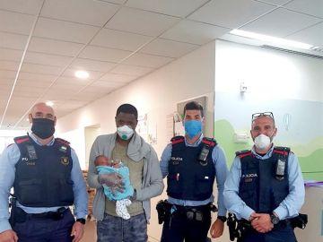 Los tres agentes han posado junto con el padre y su hijo en el ambulatorio.