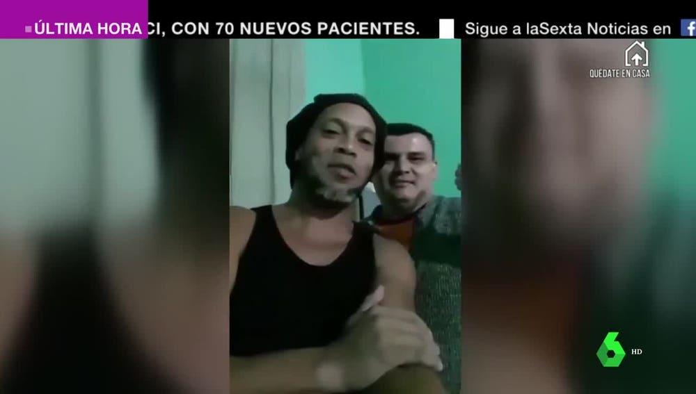 Ronaldinho junto a otro preso.