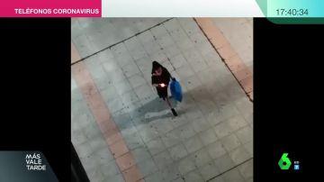 Una mujer aprovecha el momento de bajar la basura para lucir la mantilla.