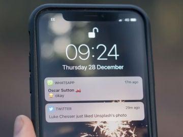 Pantalla de iPhone con notificaciones de WhatsApp