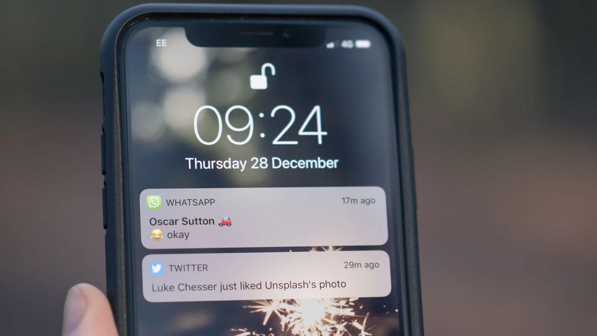 Pantalla de iPhone con notificaciones de WhatsApp