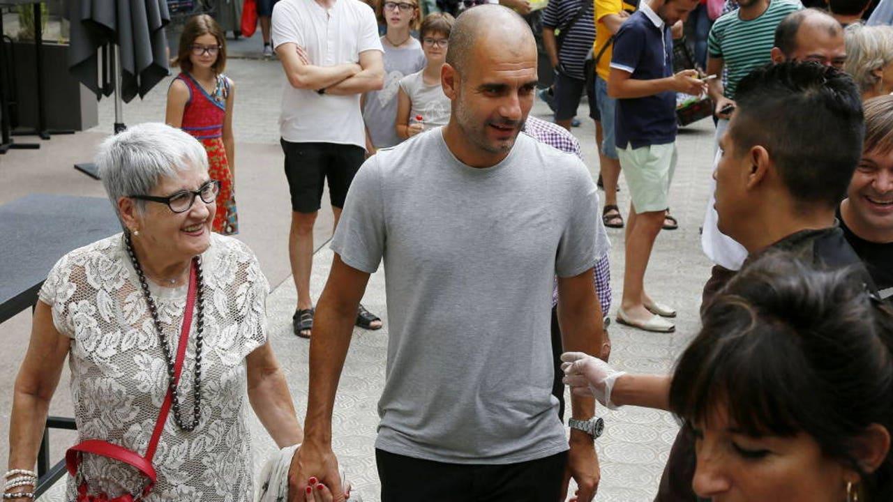 Pep Guardiola junto a su madre