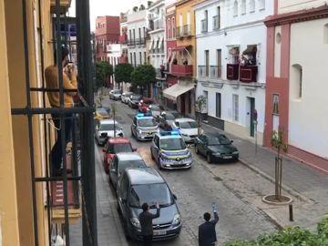 "Dos coches de policía ""procesionan"" en Sevilla"
