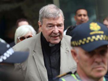 El cardenal australiano George Pell (C) abandona el Tribunal del Condado en Melbourne, Victoria, Australia.