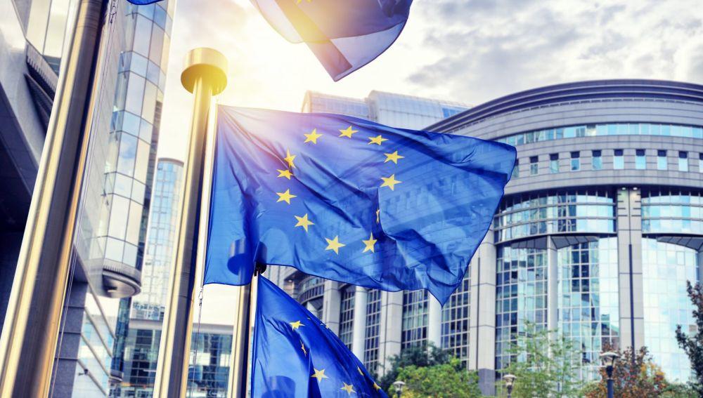 Banderas de la Unión Europea, ondeando ante la fachada del Parlamento Europeo