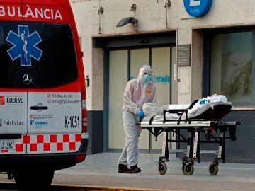 Un técnico sanitario traslada a un paciente en el Hospital de Bellvitge.