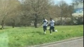 Dos jugadores del Tottenham entrenan en un parque.
