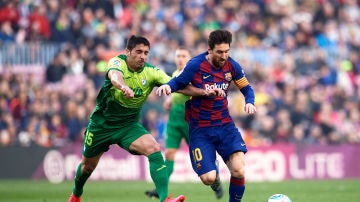 Cote intenta frenar a Messi.
