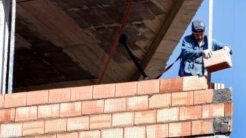 Un obrero trabaja en la construcción de una vivienda en Bilbao