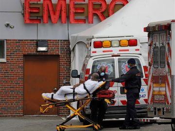 Los paramédicos transportan a un paciente en Brooklyn, Nueva York
