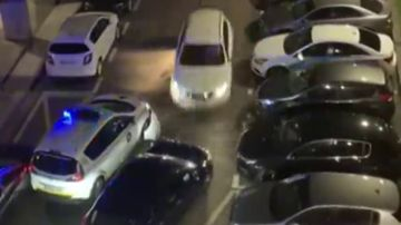 Un hombre intenta atropellar a varios agentes e impacta su vehículo contra coches policiales en pleno estado de alarma