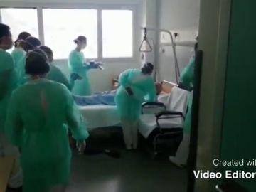 La emotiva sorpresa de los sanitarios de un hospital asturiano a un anciano ingresado por posible coronavirus