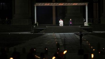 El papa Francisco preside el Vía Crucis en la plaza vacía
