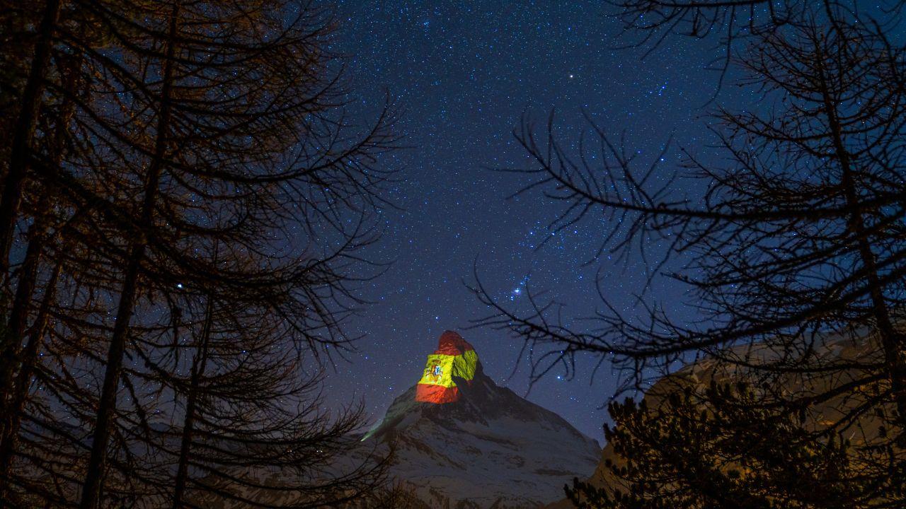 Proyectan la bandera de España en el Matterhorn