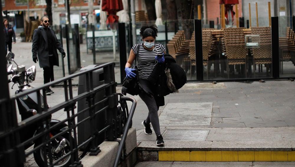 Una mujer entra en el Metro de Madrid