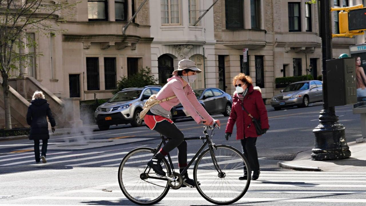 Una ciudadana monta en bicicleta por las calles de Nueva York
