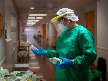 Un sanitario, en un hospital.