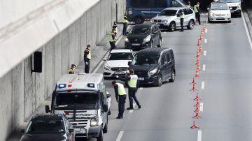 Control de los Mossos a la salida de Barcelona el Jueves Santo