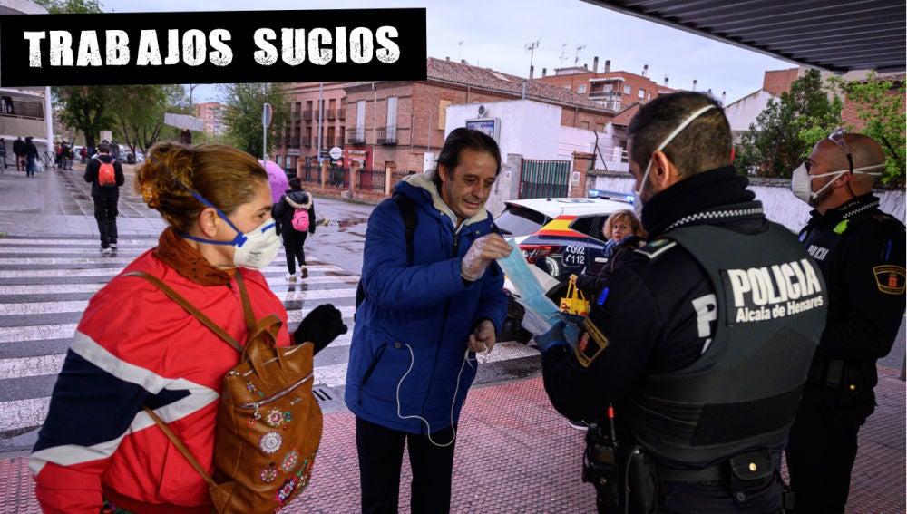 Policías entregan mascarillas en la estación de cercanías de Alcalá de Henares, Madrid