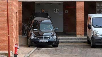 Imagen de archivo de un coche fúnebre saliendo de una residencia.